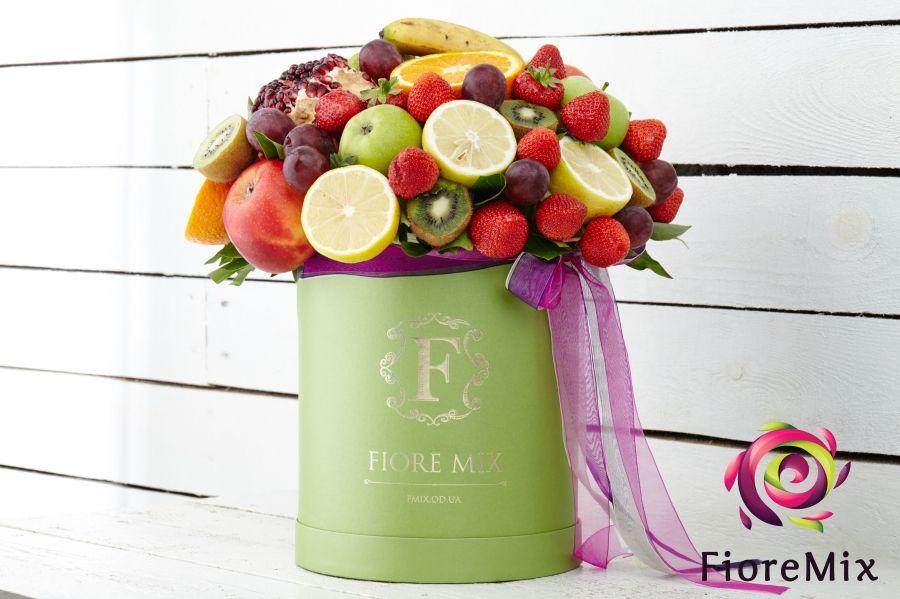 Коробки с фруктами и цветами